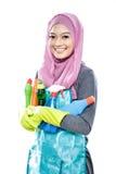 Giovane casalinga che porta molte bottiglie di liquido di pulizia per la pulizia Fotografie Stock