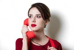 Giovane casalinga con il microtelefono rosso immagini stock libere da diritti