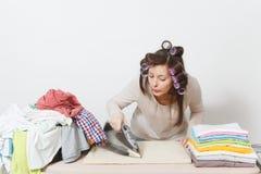 Giovane casalinga graziosa Donna su fondo bianco Concetto di governo della casa Copi lo spazio per la pubblicità immagini stock libere da diritti
