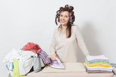 Giovane casalinga graziosa Donna su fondo bianco Concetto di governo della casa Copi lo spazio per la pubblicità fotografia stock libera da diritti