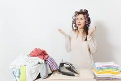 Giovane casalinga graziosa Donna su fondo bianco Concetto di governo della casa Copi lo spazio per la pubblicità fotografia stock