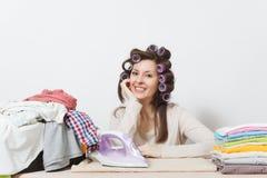 Giovane casalinga graziosa Donna su fondo bianco Concetto di governo della casa Copi lo spazio per la pubblicità fotografie stock libere da diritti