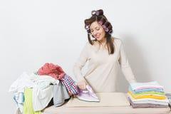 Giovane casalinga graziosa Donna su fondo bianco Concetto di governo della casa Copi lo spazio per la pubblicità immagini stock