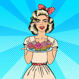 Giovane casalinga Holding Plate con i bigné Bigné di cottura della donna Pop art Vettore illustrazione vettoriale