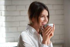 Giovane castana al caffè Immagine Stock