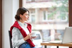 Giovane castana al caffè fotografia stock libera da diritti