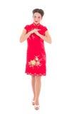 Giovane castana attraente nel giapponese rosso si veste isolato su briciolo Immagine Stock