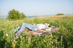 Giovane castana splendido rilassandosi all'aperto i libri di lettura Fotografie Stock