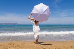 Giovane castana in vestito fragile bianco gode del Fotografia Stock Libera da Diritti