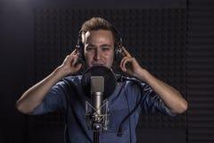 Giovane Caucasian Cantante Recording Album nel perno professionale Fotografie Stock