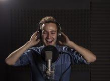 Giovane Caucasian Cantante Recording Album nel perno professionale Fotografia Stock