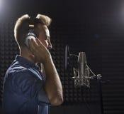 Giovane Caucasian Cantante Recording Album nel perno professionale Immagine Stock