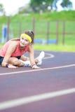 Giovane Caucasian Sporstwoman che ha allungamento degli esercizi sullo stadio Immagini Stock
