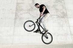 Giovane cavaliere della bicicletta di BMX immagine stock