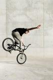 Giovane cavaliere della bicicletta di BMX fotografie stock