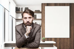 Giovane CEO barbuto nella sua derisione dell'ufficio su Immagini Stock Libere da Diritti