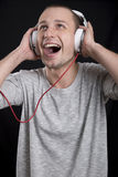 Giovane che ascolta la musica sulle cuffie Fotografia Stock Libera da Diritti