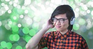 Giovane che ascolta la musica sulle cuffie Fotografie Stock Libere da Diritti