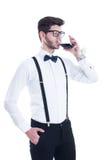 Giovane che assaggia vino rosso Isolato su priorità bassa bianca Fotografie Stock