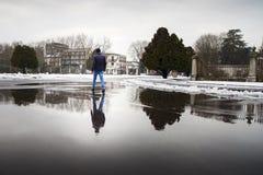 Giovane che cammina su una pozza Fotografia Stock Libera da Diritti