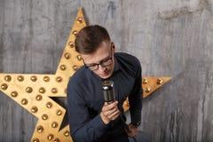 Giovane che canta con il microfono Fotografie Stock Libere da Diritti