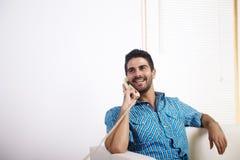 Giovane che comunica sul telefono Fotografia Stock