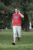 Giovane che comunica sul telefono Immagine Stock