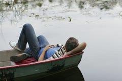Giovane che dorme sulla barca Immagini Stock Libere da Diritti