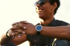 Giovane che dura intorno allo smartwatch fotografie stock