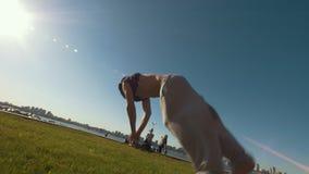 Giovane che esegue una vibrazione estremale attraverso la soglia al giorno di estate stock footage