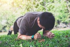 Giovane che esercita forma fisica di allenamento che fa tavolato fuori sul g Fotografia Stock
