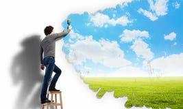Giovane che estrae un cielo blu nuvoloso Fotografia Stock Libera da Diritti