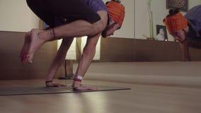 Giovane che fa asana di yoga - Bakasana video d archivio