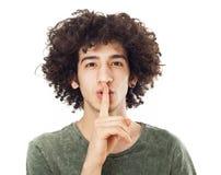 Giovane che fa gesto di silenzio Fotografie Stock Libere da Diritti