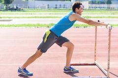 Giovane che fa gli esercizi di sport Fotografia Stock
