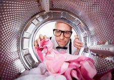Giovane che fa lavanderia Fotografia Stock