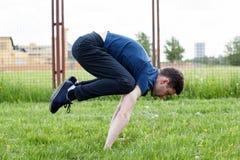 Giovane che fa un esercizio nel parco della città Immagine Stock Libera da Diritti