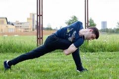 Giovane che fa un esercizio nel parco della città Immagini Stock Libere da Diritti