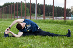 Giovane che fa un esercizio nel parco della città Fotografia Stock Libera da Diritti