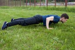 Giovane che fa un esercizio nel parco della città Fotografie Stock