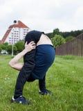 Giovane che fa un esercizio nel parco della città Fotografia Stock