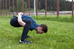 Giovane che fa un esercizio nel parco della città Immagini Stock