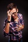 Giovane che fa un gesto di frustrazione Fotografia Stock