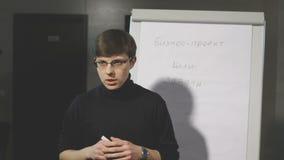 Giovane che fa una presentazione circa il vibrazione-grafico video d archivio