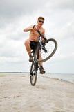 Giovane che fa wheelie Fotografia Stock