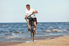 Giovane che fa wheelie Fotografie Stock