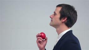 Giovane che fiuta una mela stock footage