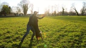 Giovane che gioca all'aperto con il suo cane di razza di border collie