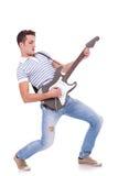 Giovane che gioca chitarra fotografia stock