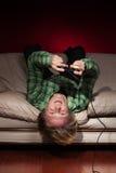 Giovane che gioca i video giochi Fotografia Stock